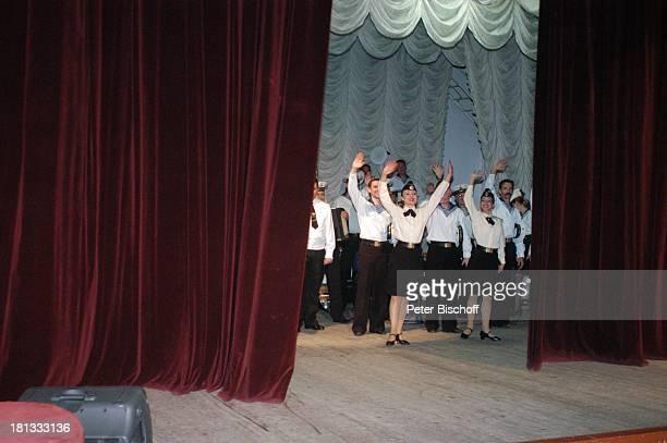 Tänzer und Tänzerinnen Sänger und Musiker vom 'Marinechor der Schwarzmeerflotte' Sevastopol Ukraine ProdNr 1496/2006 Auftritt Bühne Matrose...