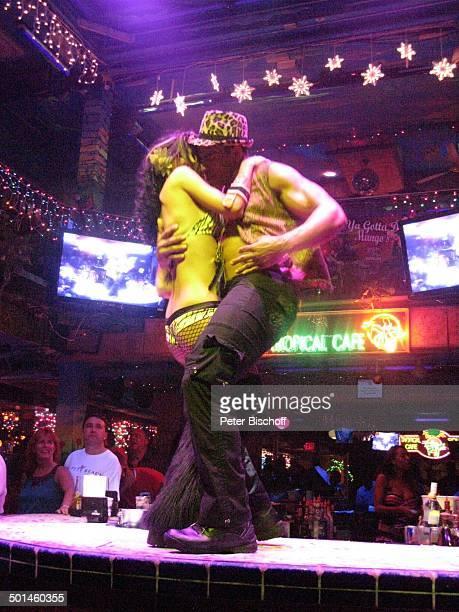 Tänzerin mit Tänzer und Barkeeper Nachtclub MangosCuba South Beach Miami Bundesstaat Florida USA Nordamerika Amerika muskulös Muskeln Tanz tanzen...