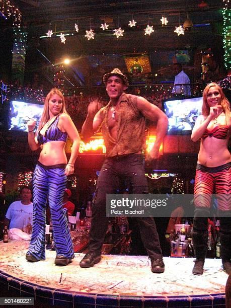 Tänzerinnen mit Tänzer und Barkeeper Nachtclub MangosCuba South Beach Miami Bundesstaat Florida USA Nordamerika Amerika muskulös Muskeln Tanz tanzen...
