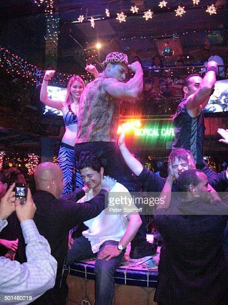 Tänzerinnen mit Tänzer und Barkeeper sowie Gäste Nachtclub MangosCuba South Beach Miami Bundesstaat Florida USA Nordamerika Amerika muskulös Muskeln...