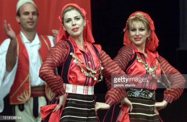 Tänzerinnen und Tänzer einer Folkloregruppe aus Tirana eröffnen am auf der Plaza-Bühne des Weltausstellungsgeländes in Hannover das kulturelle...