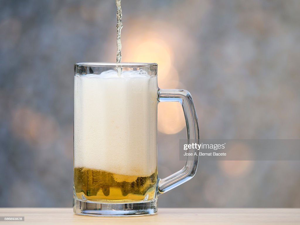 To fill a beer glass : Stockfoto