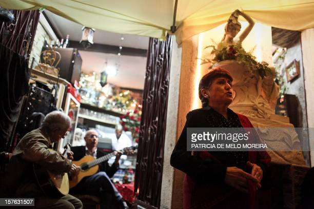 Lisbonne veut inscrire le fado au patrimoine culturel immatériel de l'Unesco A woman sings fado accompained by two guitar players in one of the...