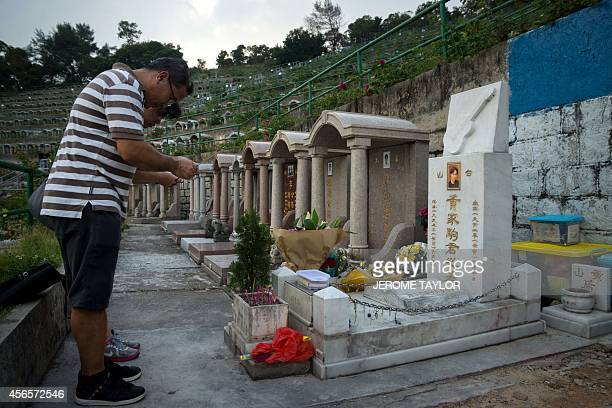 To go with Hong KongChinapoliticsdemocracyiconographyFOCUS by Annabel SYMINGTON This picture taken on 2 October 2014 shows a couple paying their...