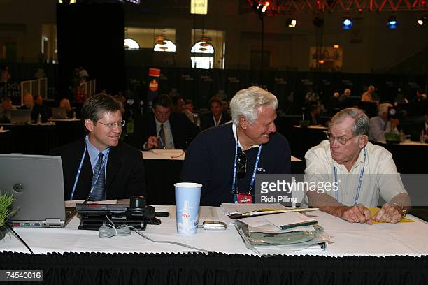 L to R Lee McDaniel Dallas Green and Robin Roberts of the Philadelphia Phillies laugh during the 2007 Firstyear player draft at The Milk House in...
