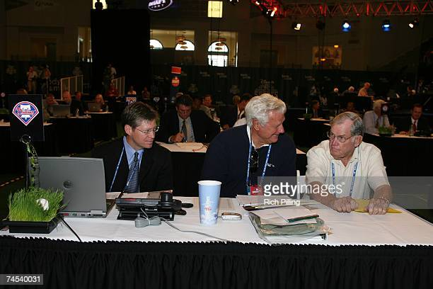 L to R Lee McDaniel Dallas Green and Robin Roberts of the Philadelphia Phillies talk during the 2007 Firstyear player draft at The Milk House in...