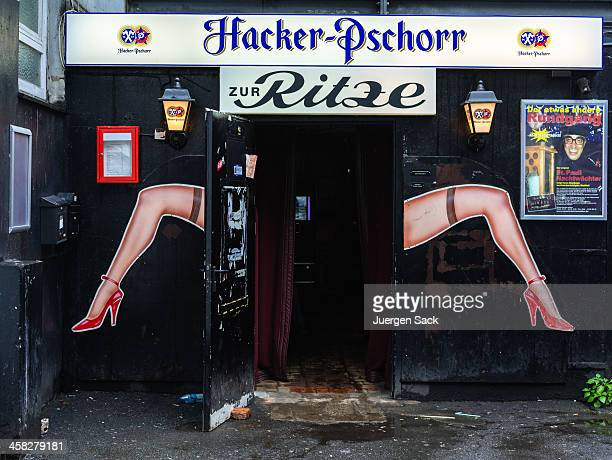 zur ritze in st.pauli hamburg - reeperbahn stock pictures, royalty-free photos & images
