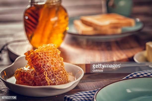 Toast mit Honig zum Frühstück