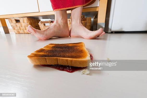 toast with jam lying backwards on floor - in bodenhöhe stock-fotos und bilder