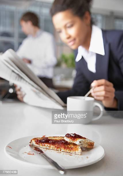 Toast mit Frau und Mann im Hintergrund
