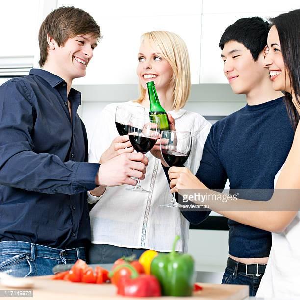 Anstoßen und die Vorbereitung Abendessen