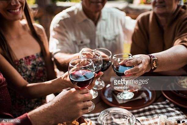 Un toast de vin pendant le déjeuner.