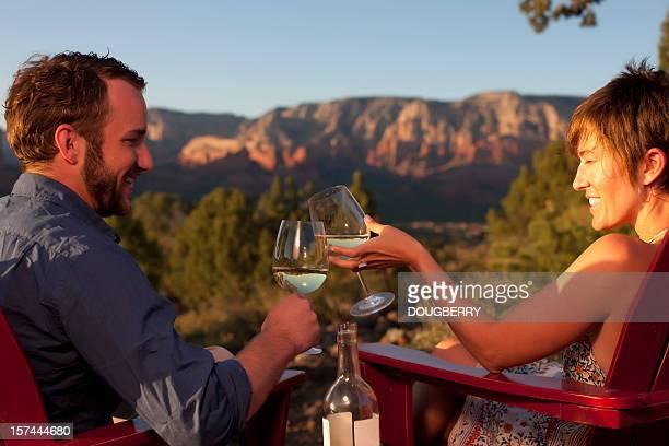 屋外での乾杯とワイン