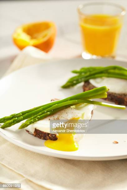 Toasts with egg and asparagus