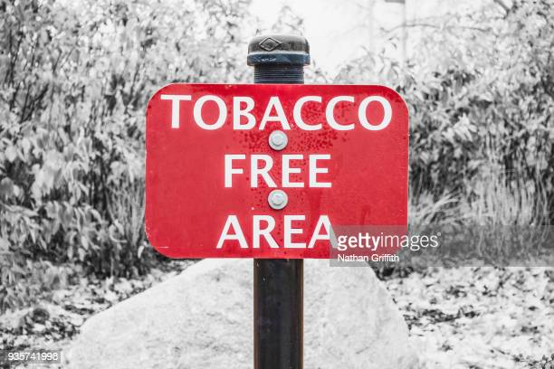 tobacco free area sign - verboten stock-fotos und bilder