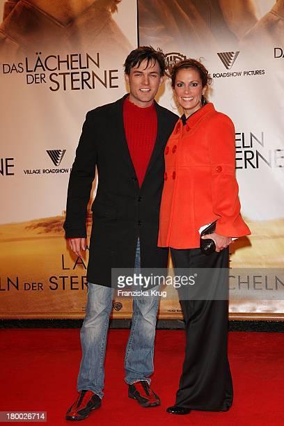 Tobey Wilson Und Kerstin Linnartz Bei Der Premiere Von Das Lächeln Der Sterne Im Cinestar In Berlin