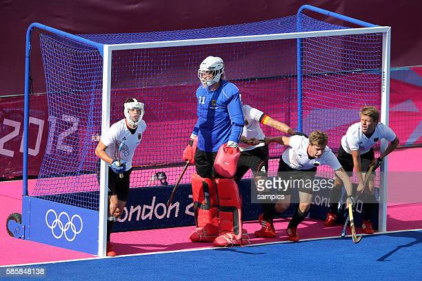 Tobias Hauke mit gesichtsmaske bei Holländischer Srafecke mit Max Weinhold Hockey Männer Vorunde Deutschland Niederlande Holland hockey pre Germnay...