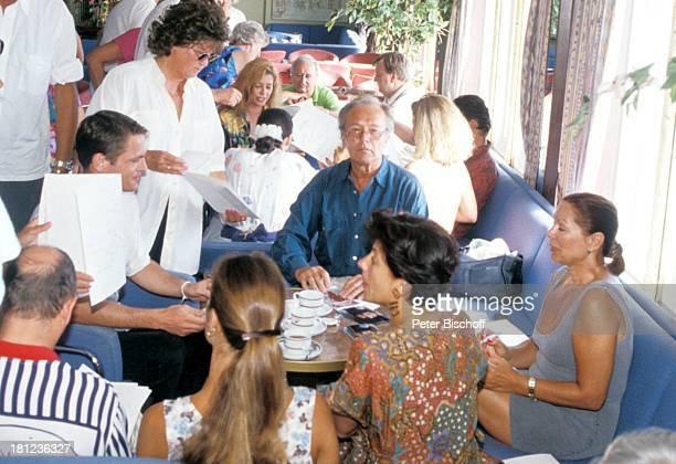Tobias Hoesl Horst Naumann Heide Keller Passagiere dahinter Olivia Pascal neben den Dreharbeiten zur ZDFReihe Traumschiff Folge 22 Indien/Malediven...