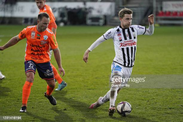 Tobias Kainz of Hartberg and Johannes Eggestein of LASK during the tipico Bundesliga match between LASK and TSV Prolactal Hartberg at Raiffeisen...