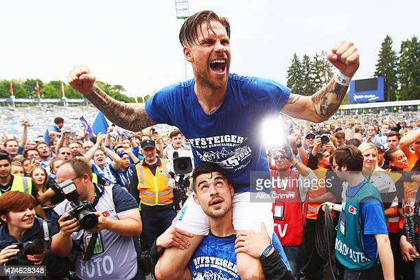 Tobias Kempe of Darmstadt and team mates celebrate after the Second Bundesliga match between SV Darmstadt 98 and FC St Pauli at Stadion am...