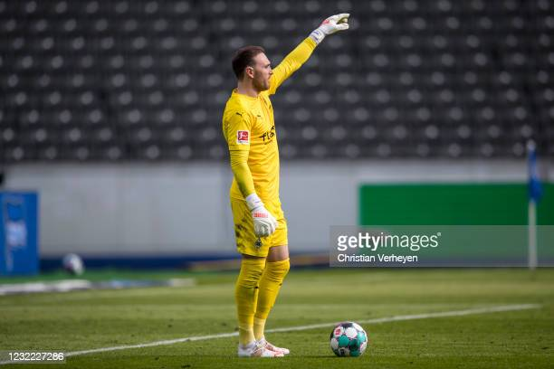 Tobias Sippel of Borussia Moenchengladbach in action during the Bundesliga match between Hertha BSC and Borussia Moenchengladbach at Olympiastadion...