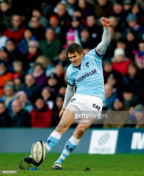 Toby Flood of Leicester Tigers kicks a penalty during the Guinness Premiership match between Saracens and Leicester Tigers at Vicarage Road on...