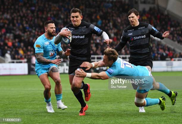 Toby Flood of Newcastle Falcons beats Josh Adams of Worcester Warriors as he breaks clear to score their second try during the Gallagher Premiership...