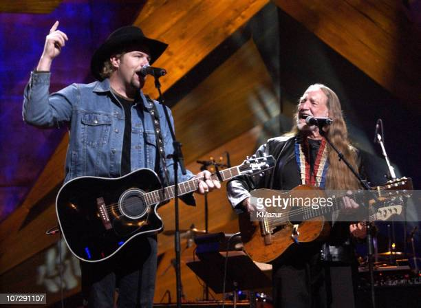 Willie Nelson and Friends - Live & Kickin