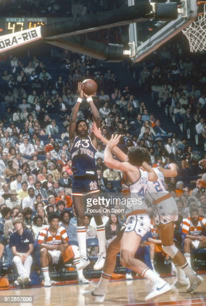 Toby Knight of the New York Knicks shoots against the Washington Bullets during an NBA basketball game circa 1979 at the Capital Centre in Landover...