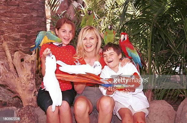 Tochter Alexandra Saskia Valencia SohnLeonard Gran Canaria/Spanien PalmitosPark Papageien auf den Schultern Tier Vögel