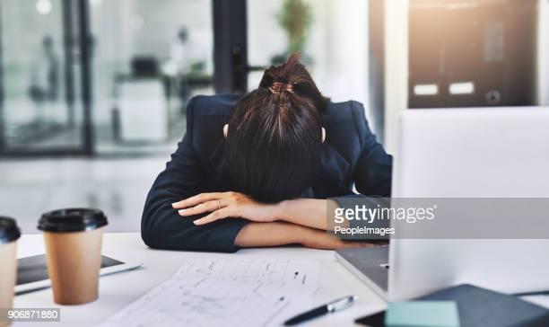 vandaag is een drukke dag, ze is uitgeput - een dutje doen stockfoto's en -beelden