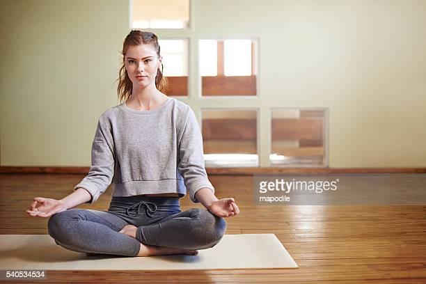 today i choose to be calm - lotuspositie stockfoto's en -beelden