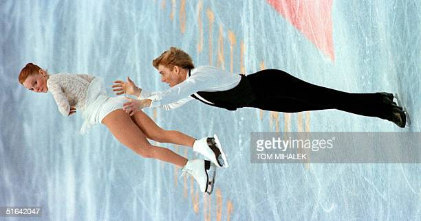 Todd Sand lifts his wife Jenni Meno as they perform in the championship pairs competition 07 January in the 1998 US Figure Skating Championships in...