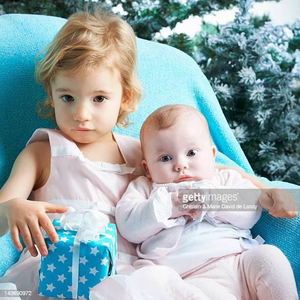 bambini e neonati fratelli e sorelle con regalo - 2 5 mesi foto e immagini stock