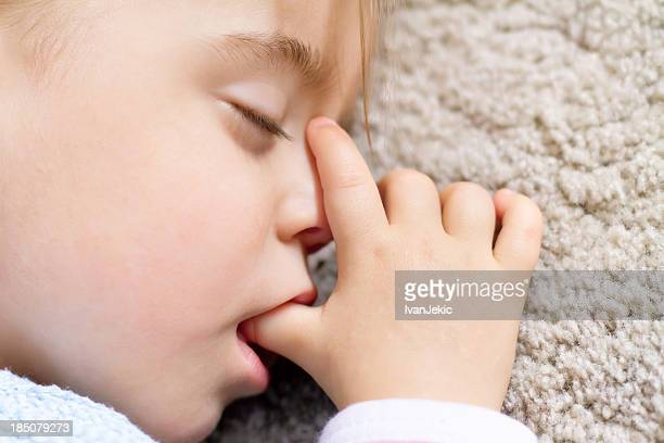 bebê dormindo e causa polegar - chupando dedo - fotografias e filmes do acervo