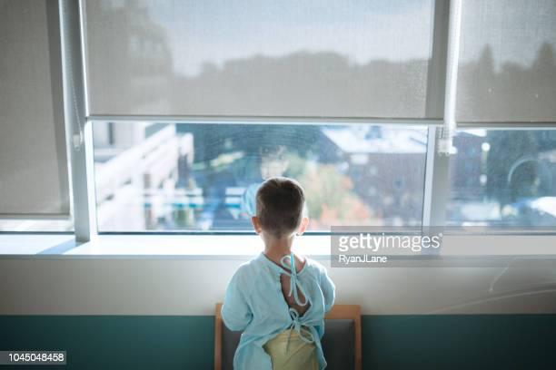 bambino all'ospedale pediatrico per la chirurgia - 2 3 anni foto e immagini stock