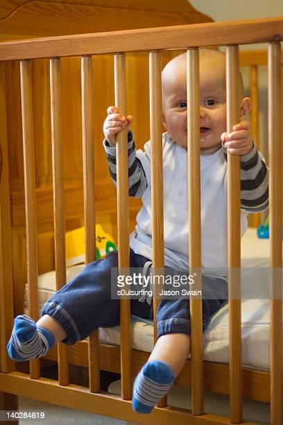 toddler baby boy in baby cot - s0ulsurfing stockfoto's en -beelden