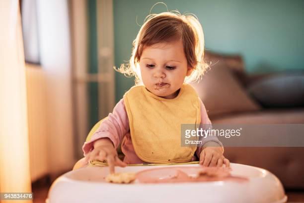Niña niño no quiere comer su comida