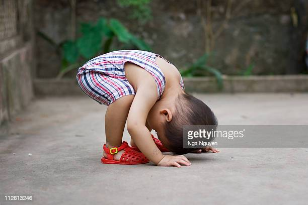 toddler boy doing exercise - nga nguyen stock pictures, royalty-free photos & images