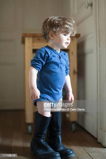 toddler boy wearing father's boots - surdimensionné photos et images de collection