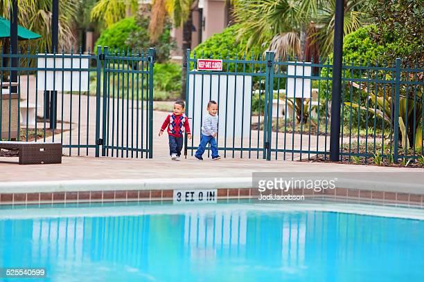 Kleinkinder – Jungen-Geben Sie eine aufgesperrt gate im großen unbeaufsichtigt pool