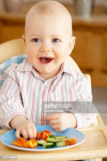 Enfants appréciant un en-cas dans l'espace salon avec fauteuil