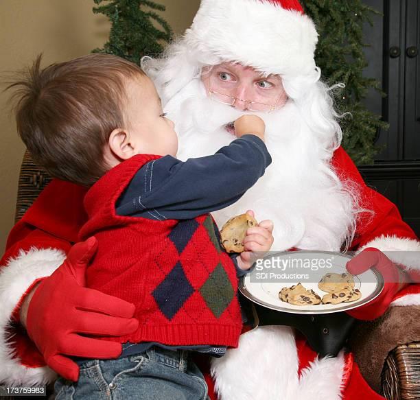 Kleinkinder Füttern Santa einem Chocolate Chip Cookie