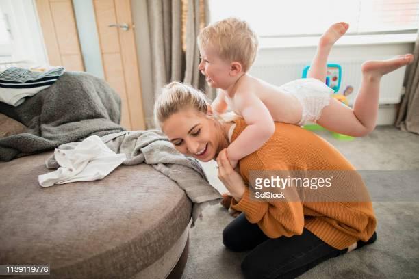 kleinkindvergnüger - diaper kids stock-fotos und bilder