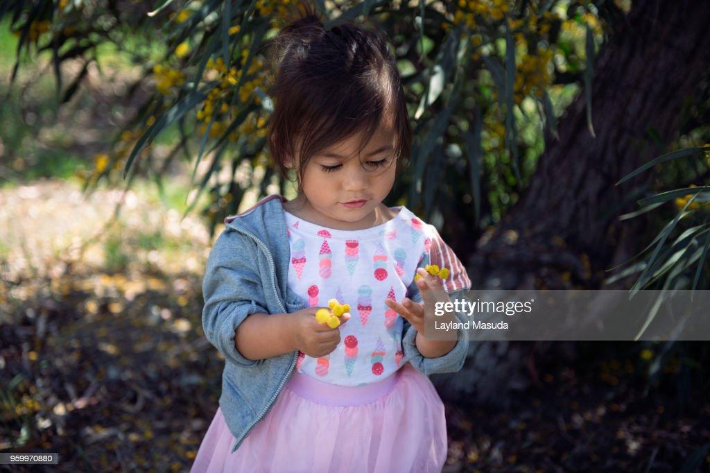 Toddler Girl Exploring Nature : Stock-Foto