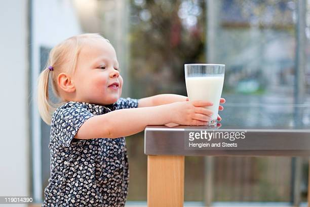 Kleinkind Mädchen mit Glas Milch