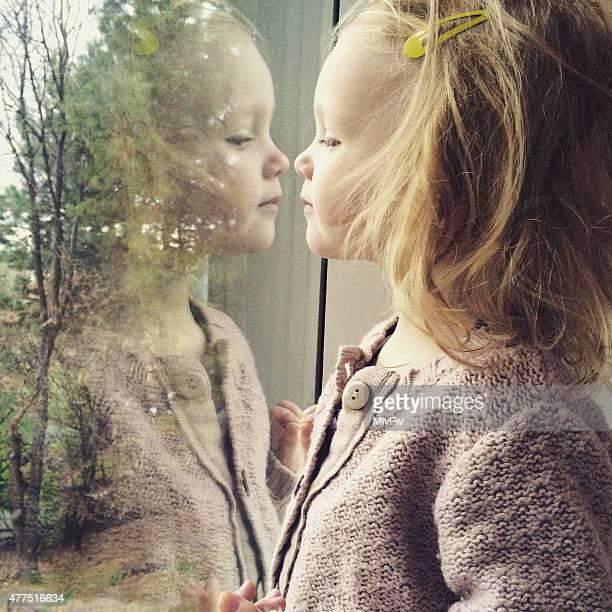 Kleinkind Mädchen Blick auf Ihre eigene Weise