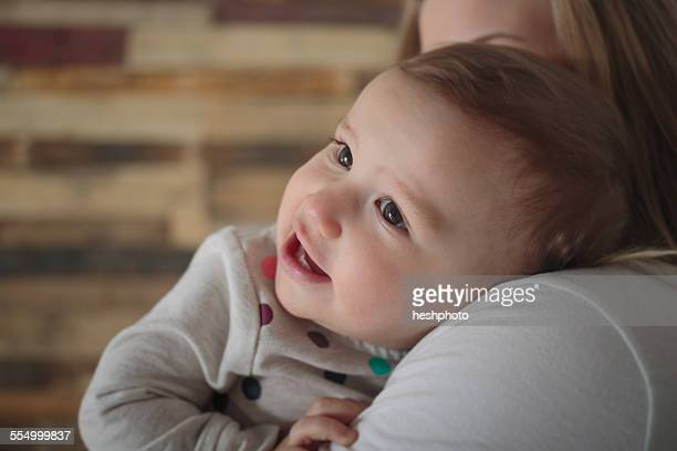 toddler girl on mothers shoulder - heshphoto imagens e fotografias de stock