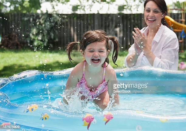 Kleinkind Mädchen spielen im pool