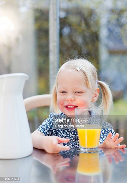 Kleinkind Mädchen mit Glas Saft